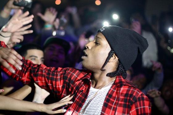 Asap Rocky adresse une claque à une fan qui lui lance un baiser