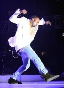 Kanye West se casse la geule pendant un concert