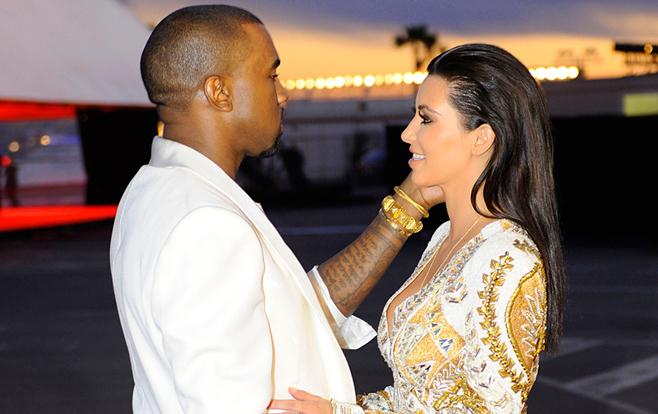 En vidéo , Kanye West demande Kim Kardashian en mariage au milieu d'un stade de baseball