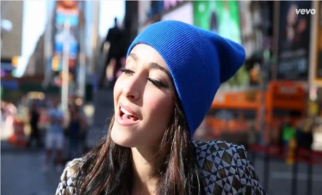 """Kenza Farah présente son nouveau clip """"Il Est"""""""