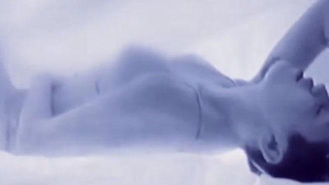 "En vidéo, Miley Cyrus feint une masturbation dans son prochain clip ""AdoreYou"""