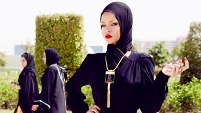 Rihanna viré de la mosquée d'Abu Dahbi à cause de poses provocantes(photos)
