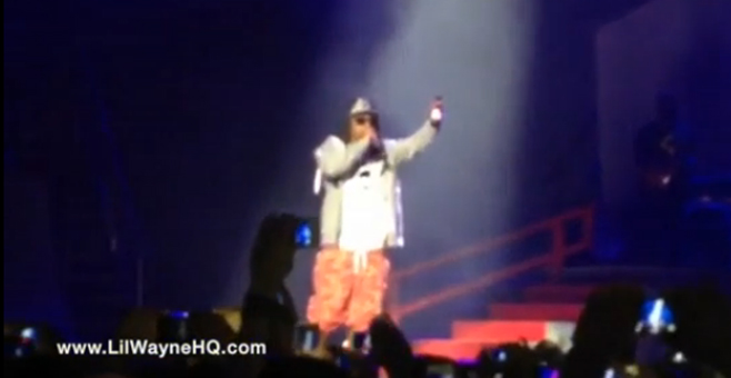 En vidéo, Lil Wayne en concert , un trublion lui lance une bouteille de bière