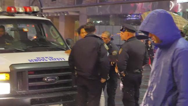 En vidéo, il s'amuse à danser devant la police et finit malmené