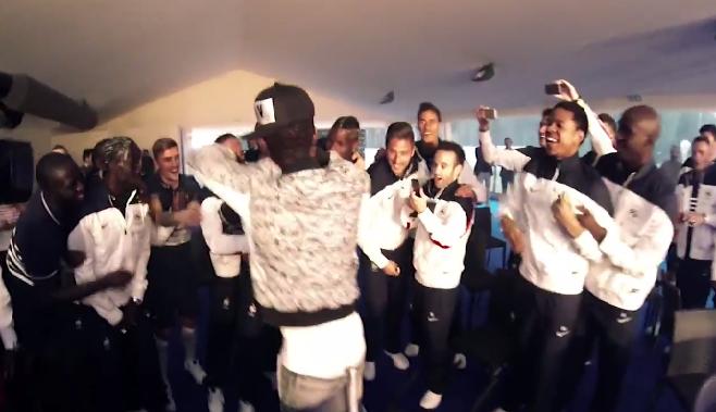 """En vidéo, Black M interprète le morceau """"Mme Pavoshko"""" avec l'équipe de France"""