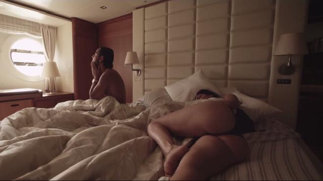 Dans le clip A.W.A, Lacrim est entouré de femmes aux courbes ravageuses