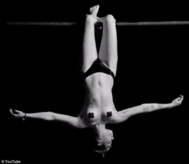 Photos-Miley-Cyrus-et-maintenant-le-film-X_portrait_w674(16)