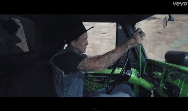 """Yelawolf dévoile son nouveau clip """"Box Chevy V"""""""